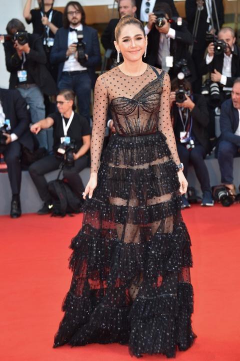 Lady Gaga, ban gai Neymar mac dep nhat tham do LHP Venice 2018 hinh anh 8