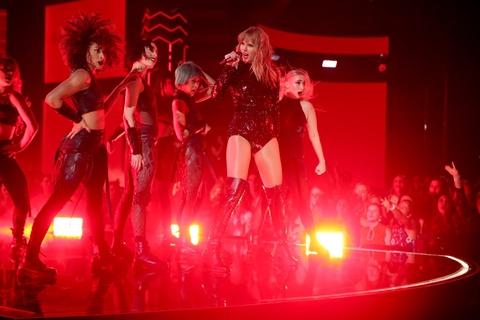 Taylor Swift goi cam, Jennifer Lopez mau lua tai AMAs 2018 hinh anh 1