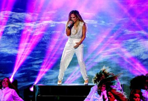 Taylor Swift goi cam, Jennifer Lopez mau lua tai AMAs 2018 hinh anh 3