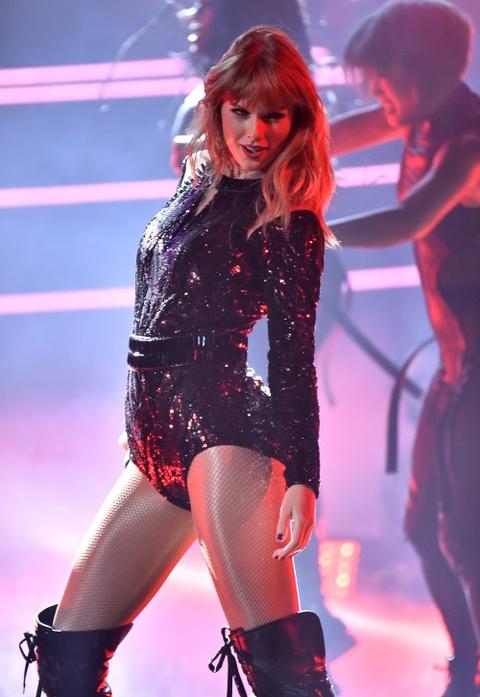 Taylor Swift goi cam, Jennifer Lopez mau lua tai AMAs 2018 hinh anh 2