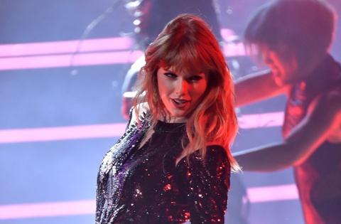 Taylor Swift goi cam, Jennifer Lopez mau lua tai AMAs 2018 hinh anh