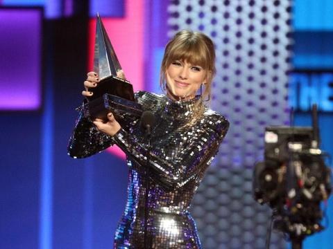 Taylor Swift thang ap dao o AMAs 2018, pha ky luc cua Whitney Houston hinh anh 3