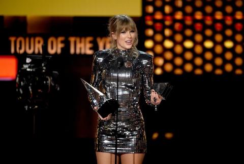 Taylor Swift thang ap dao o AMAs 2018, pha ky luc cua Whitney Houston hinh anh 1