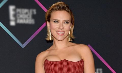 Scarlett Johansson dep nhat tuan voi trang phuc khoe nguc hinh anh