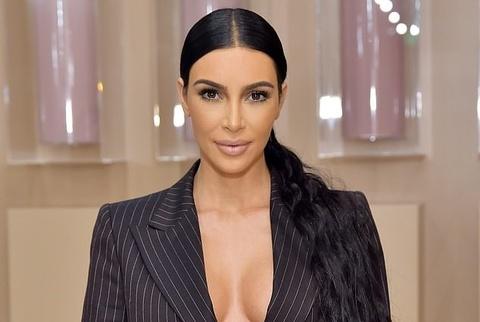 Kim Kardashian ấn tượng nhất tuần với vest xẻ ngực