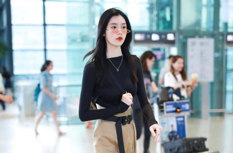 Liu Wen va dan sao chau A goi y trang phuc san bay mua lanh hinh anh