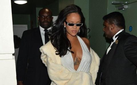 Vay xe nguc tao bao cua Rihanna vao nhom dep nhat tuan hinh anh