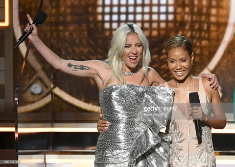 Lady Gaga bat khoc, Ariana Grande bo roi Grammy phut cuoi van co giai hinh anh 1