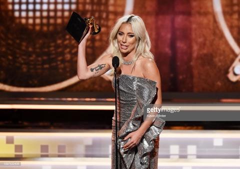 Lady Gaga bat khoc, Ariana Grande bo roi Grammy phut cuoi van co giai hinh anh 2