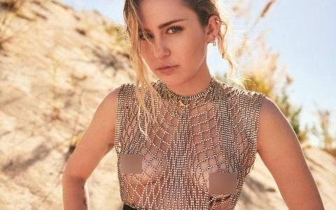 Sau kết hôn, Miley Cyrus khoe ngực táo bạo trên tạp chí