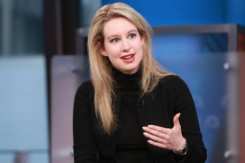 Elizabeth Holmes - ty phu lua dao voi gu thoi trang giong Steve Jobs hinh anh 1
