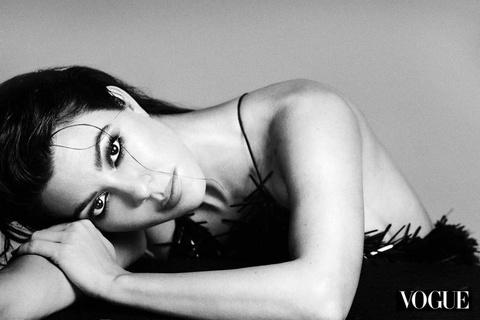 Chi gai Kim Kardashian khoe nguc trong lan dau len bia Vogue hinh anh 6