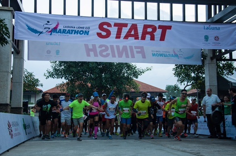 Khach nuoc ngoai thich thu thi chay o Lang Co hinh anh 1 Ảnh 1: Ngày thứ bảy 24/10 là ngày hội vui dành cho các nhóm bạn và gia đình với các chặng đua ngắn 10km, chạy vì cộng đồng 5km và chặng 2km cho trẻ em. Ngày hôm nay chủ nhật 25 tháng 10 là ngày tranh đấu của hai chặng marathon 42km và bán marathon 21km.