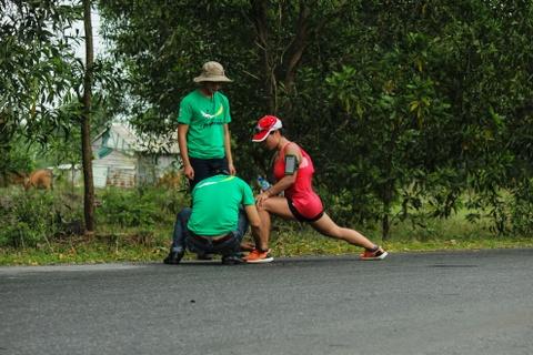 Khach nuoc ngoai thich thu thi chay o Lang Co hinh anh 10 Ảnh 10: Ban tổ chức nhiệt tình giúp đỡ vận động viên đang bị căng cơ.