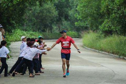 Khach nuoc ngoai thich thu thi chay o Lang Co hinh anh 13 Ảnh 13: Gần đến đích có các em học sinh đứng cổ vũ tiếp thêm động lực cho các vận động viên, vui vẻ và đập tay giao lưu cùng nhau.