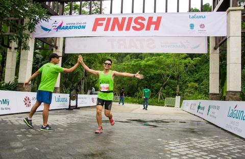 Khach nuoc ngoai thich thu thi chay o Lang Co hinh anh 14 Ảnh 14: Kết thúc chặng đường marathon 42km thể hiện được ý chí quyết tâm của các thí sinh. Đây cũng sẽ là một kỷ niệm khó quên đối với họ.