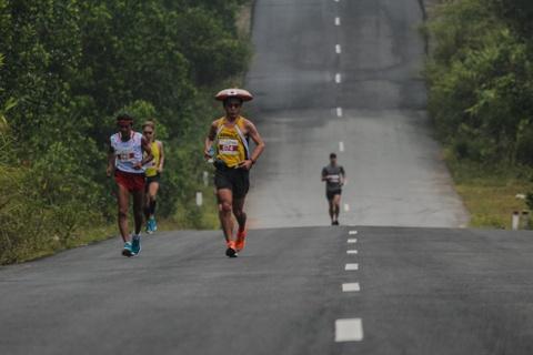 Khach nuoc ngoai thich thu thi chay o Lang Co hinh anh 3 Ảnh 3: Vận động viên này đến từ Nhật Bản đội chiếc mũ gắn lá cờ của đất nước hoa anh đào.