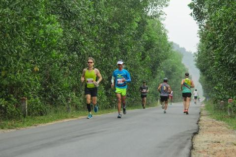 Khach nuoc ngoai thich thu thi chay o Lang Co hinh anh 4 Ảnh 4: Các vận động viên chạy trên con đường trải nhựa với hai bên đường là rặng tràm chạy dài