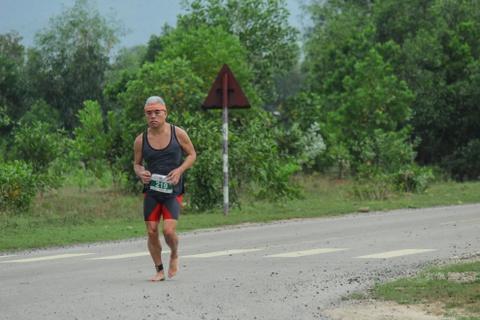 """Khach nuoc ngoai thich thu thi chay o Lang Co hinh anh 7 Ảnh 7: Vận động viên """"cao tuổi"""" này chạy bằng chân đất không cần giày."""