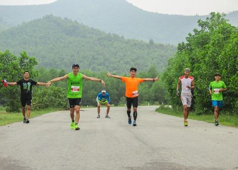 Khach nuoc ngoai thich thu thi chay o Lang Co hinh anh 8 Ảnh 8: Các vận động viên vui đùa trên những con đường băng qua đồng ruộng bao quanh giữa núi đồi của xứ Huế.