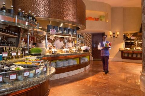 Nhung bua sang khach san tuyet nhat the gioi hinh anh 11 Nhà hàng Kaleidoscope, The Atlantis, Dubai: Mọi thứ ở Dubai đều có quy mô và chất lượng khác thường, ngay cả buffet sáng. Bạn sẽ thấy choáng ngợp trước số lượng món ăn được phục vụ tại nhà hàng Kaleidoscope. Ảnh: Atlantisthepalm.