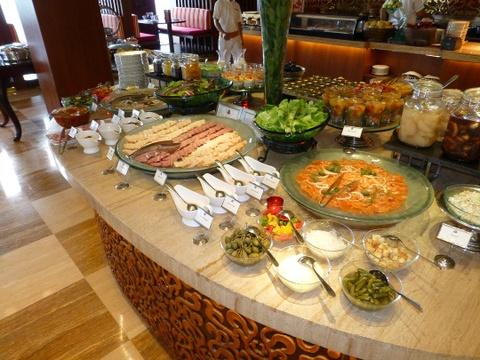 Nhung bua sang khach san tuyet nhat the gioi hinh anh 7 Khu nghỉ dưỡng St. Regis, Bali, Indonesia: Bữa sáng muộn ngày chủ nhật ở nhà hàng Boneka, khu nghỉ dưỡng St. Regis, phục vụ những món ăn thượng hạng, với nhiều món địa phương như cháo Indonesia, Mie Goreng và Nasi Goreng.  Ảnh: Weflyfree.