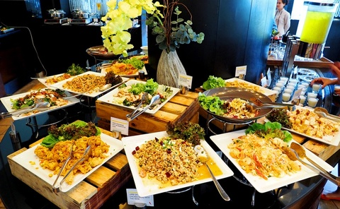 Nhung bua sang khach san tuyet nhat the gioi hinh anh 17 Le Meridien, Chiang Rai, Thái Lan: Le Meridien có mặt trong danh sách này nhờ ẩm thực hạng nhất và dịch vụ tuyệt vời. Các nhân viên giúp du khách giải trí với các màn trình diễn nấu ăn hấp dẫn. Bánh pudding, nước quả và hải sản tươi ngon sẽ khiến các du khách hài lòng. Ảnh: 2madames.