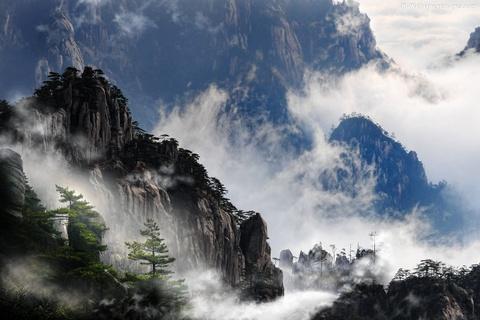 Tien canh dinh Quang Minh noi vo lam quan tu hinh anh 1 Dãy Hoàng Sơn nằm ở phía nam tỉnh An Huy, miền Đông Trung Quốc, nổi tiếng với cảnh đẹp đã truyền cảm hứng cho nhiều tác phẩm nghệ thuật nổi tiếng. Ảnh: Hdwallpapersimages.