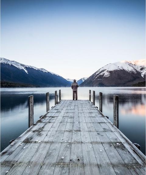 Anh cua co gai Viet vao chung ket National Geographic hinh anh 11 Hình ảnh một người đứng trước hồ Rotoiti ở St Arnaud, New Zealand của Michelle McKoy tạo cảm giác bình yên, tĩnh lặng tuyệt đối.
