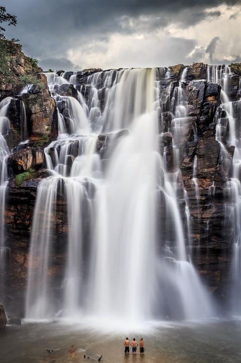 Anh cua co gai Viet vao chung ket National Geographic hinh anh 12 Thác nước tuyệt đẹp này nằm ở bang Goias, Brazil. Tác giả Victor Lima cho biết họ có thể tới rất gần và bơi trong hồ dưới chân thác.