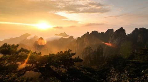 Tien canh dinh Quang Minh noi vo lam quan tu hinh anh 3 phải tới Ngũ Nhạc, Hoàng Sơn có cảnh quan biến đổi kỳ ảo, sống động. Dãy núi hùng vĩ này có nhiều đỉnh, trong đó có 72 đỉnh cao hơn 1.000 m. Ba đỉnh cao nhất của Hoàng Sơn là đỉnh Liên Hoa (1.864 m), đỉnh Quang Minh (1.840 m) và đỉnh Thiên Đô (1.829 m). Ảnh: Hikingonthemoon.