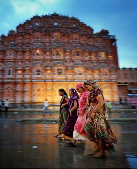 Anh cua co gai Viet vao chung ket National Geographic hinh anh 5 Ed Graham ghi lại hình ảnh những người phụ nữ đi qua cung điện Hawa Mahal ở Japur sau một con mưa rào.