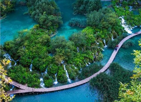 Anh cua co gai Viet vao chung ket National Geographic hinh anh 6 Nhìn từ trên cao, hồ Plitvice thuộc công viên quốc gia lâu đời nhất Croatia thật lộng lẫy qua ảnh của Robert Klaric.