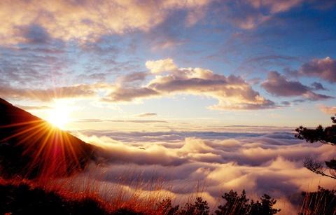 Tien canh dinh Quang Minh noi vo lam quan tu hinh anh 6 Đỉnh Quang Minh lộng lẫy khi ánh mặt trời chiếu rọi vào những làn mây, vách đá, khiến khung cảnh bừng sáng. Ảnh: Amzchina.