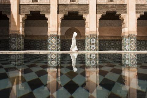 Anh cua co gai Viet vao chung ket National Geographic hinh anh 9 Takashi Nakagawa đã ghi lại khoảnh khắc tuyệt vời này ở Ben Youssef, một không gian tĩnh lặng giữa phố xá nhộn nhịp của Marrakesh.