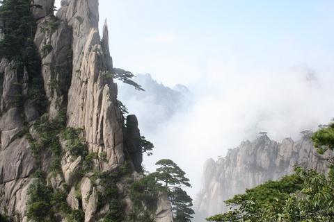 Tien canh dinh Quang Minh noi vo lam quan tu hinh anh 8 Những cây thông với hình thù đặc biệt xen lẫn giữa quái thạch, đâu đó có tiếng suối chảy róc rách. Cảnh đẹp trên Hoàng Sơn biến đổi khó lường, hiếm có góc nào giống hệt nhau.  Ảnh: Travelchinaguide.