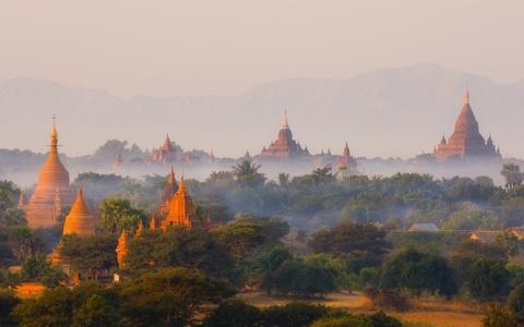 Am thuc via he Viet Nam vao top trai nghiem tuyet nhat hinh anh 3 Ngắm bình minh ở Bagan, Myanmar: Cố đô Bagan của Myanmar nổi tiếng với vẻ đẹp thần tiên, với hàng nghìn đền chùa, bảo tháp rải rác khắp vùng, nhô lên giữa cây cối xanh tươi. Khi ánh bình minh lộng lẫy chiếu xuống Bagan, những khinh khí cầu đủ màu sắc lửng lơ trên làn sương mỏng. Du khách sẽ thấy choáng ngợp trước vẻ đẹp tưởng chừng như không có thật của vùng đất này.