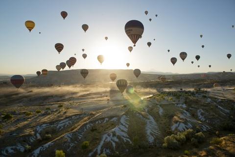"""Am thuc via he Viet Nam vao top trai nghiem tuyet nhat hinh anh 6 Chiêm ngưỡng khung cảnh siêu thực ở Cappadocia, Thổ Nhĩ Kỳ: Vùng đất xinh đẹp này có các tháp đá kỳ lạ được ví như """"ống khói tiên"""". Khi những tia sáng đầu tiên chiếu xuống, khung cảnh như trên mặt trăng dần lộ ra trên nền trời rực rỡ. Đừng bỏ lỡ cơ hội chiêm ngưỡng Cappadocia từ khinh khí cầu."""