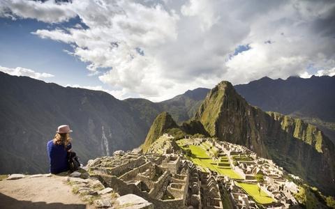 Am thuc via he Viet Nam vao top trai nghiem tuyet nhat hinh anh 7 Leo lên Machu Picchu, Peru: Du khách nên thức dậy từ sáng sớm, đi qua con đường dẫn tới Machu Picchu trước khi một lượng lớn du khách đổ về đây. Khi lên đỉnh núi, bạn có thể ngắm nhìn ánh nắng chiếu trên khu di tích cổ đại nổi bật trên nền thung lũng sâu và ngọn Salcantay phía xa.