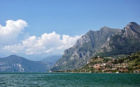 Am thuc via he Viet Nam vao top trai nghiem tuyet nhat hinh anh 9 Khám phá hồ Garda, Italy: Garda là hồ nước lớn nhất Italy, có vai trò như cầu nối dãy Alps với phần còn lại của quốc gia xinh đẹp này. Bờ bắc có các ngôi làng cổ kính nhìn ra vùng hồ trải rộng. Một trong những nơi nghỉ chân đẹp nhất ở đây là Sirmione, với những tường lâu đài đã hàng trăm năm tuổi, những con phố hẹp dẫn ra mép nước. Du khách có thể trèo lên tháp canh để ngắm nhìn mái ngói, làn nước xanh biếc và các sườn núi phía xa.