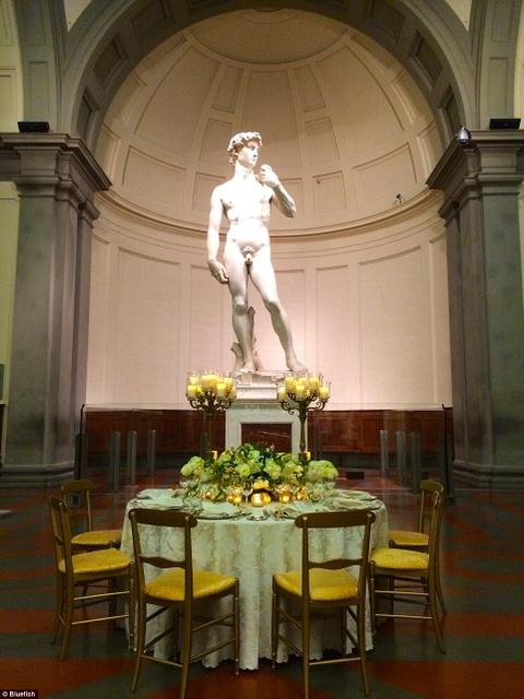 Tour ngoai gio danh cho khach VIP hinh anh 3 Tượng David của Michelangelo, Florence, Italy: Du khách sẽ được dùng bữa trong ánh nến trước kiệt tác điêu khắc của Michelangelo, trong lúc nghe danh ca Andrea Bocelli biểu diễn.