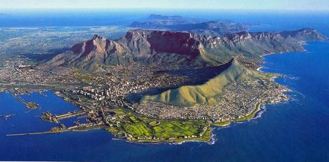 Nhung dieu khien Nam Phi hap dan du khach hinh anh 1 Cape Town là một trong những thành phố tuyệt nhất thế giới: Những dãy núi hùng vĩ và biển xanh biếc là  phông nền hoàn hảo cho thành phố sôi động này. Du khách có thể nằm dài tắm nắng trên những bãi biển cát trắng, đăng ký các tour leo núi, khám phá ẩm thực độc đáo của thành phố. Tới Cape Town, bạn sẽ không có một giây phút buồn chán nào. Ảnh: Raefeather.