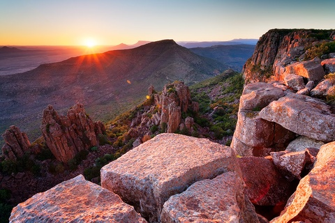 Nhung dieu khien Nam Phi hap dan du khach hinh anh 8 Những vùng đất tuyệt đẹp: Nam Phi có nhiều cảnh quan hùng vĩ, trong đó phải kể đến thung lũng Desolation với những vách núi ngoạn mục, thu hút du khách yêu phiêu lưu mạo hiểm. Ảnh: Hougaardmalan.