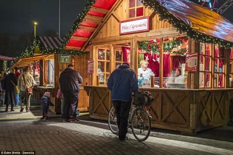 Cho Giang sinh lung danh o Duc mo cua don khach hinh anh 3 Các gian hàng theo kiểu truyền thống ở chợ Weihnachstzeit bày bán đủ mọi thứ, từ đồ trang trí thủ công tới rượu vang.