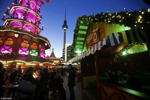 Cho Giang sinh lung danh o Duc mo cua don khach hinh anh 4 Chợ Alexanderplatz hoạt động suốt tháng 12, với vị trí lý tưởng gần tháp truyền hình thành phố.