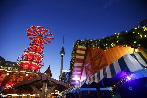"""Cho Giang sinh lung danh o Duc mo cua don khach hinh anh 5 Du khách có thể nhìn thấy tháp truyền hình từ chợ Alexanderplatz, nơi có """"kim tự tháp"""" Giáng Sinh lớn nhất châu Âu."""