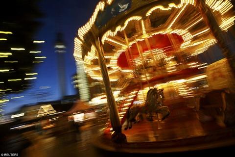 Cho Giang sinh lung danh o Duc mo cua don khach hinh anh 9 Một vòng quay ngựa gỗ ở Alexanderplatz, hình ảnh quen thuộc và lãng mạn của dịp Giáng Sinh.