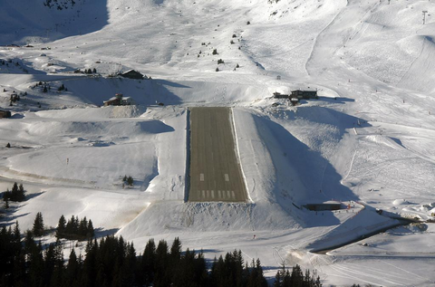 Nhung duong bang thach thuc phi cong lao luyen hinh anh 1 Sân bay Courchevel, Pháp: Đường băng của khu trượt tuyết trên dãy Alps chỉ dài hơn 500 m, men theo triền núi với độ dốc 18,6 %. Vào mùa đông, sân bay thường xuyên bị tuyết phủ. Máy bay chỉ có thể hạ cánh theo chiều dốc lên và cất cánh theo chiều dốc xuống. Ảnh: Joinsmsn.