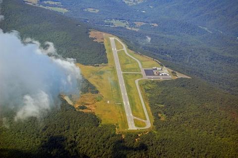 Nhung duong bang thach thuc phi cong lao luyen hinh anh 10 Sân bay Ingalls Field, Virginia, Mỹ: Đây là sân bay cao nhất bang, nằm trên đỉnh một dãy núi, với gió ngang thổi liên tục, gây khó khăn cho việc hạ cánh. Ảnh: Wunderground.