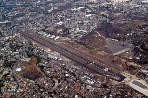Nhung duong bang thach thuc phi cong lao luyen hinh anh 11 Sân bay Toncontín, Honduras: Với hai bên là núi và khu dân cư, đường băng của Toncontín khá khó tiếp cận.